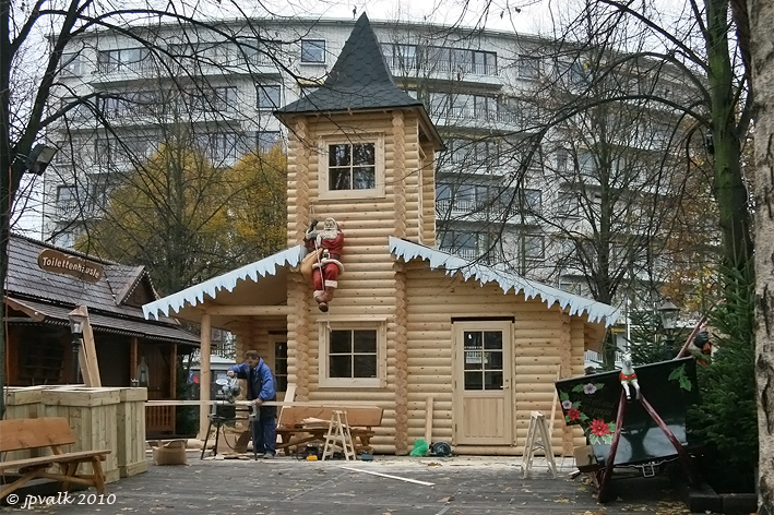 Kerstman en elfjes nemen intrek in huis van kerstman op winterland focus op hasselt - Het huis van de cabriolet ...